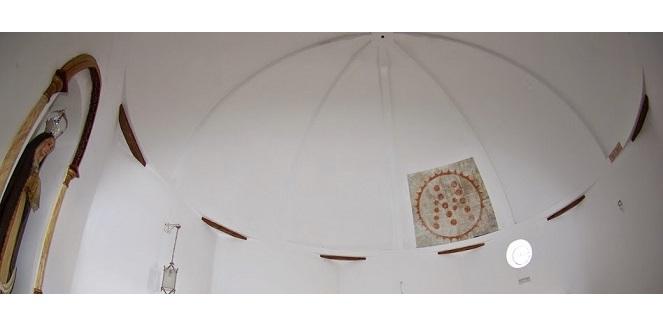 Interior con restos pinturas murales ermita de Aljízar ©María Navarro