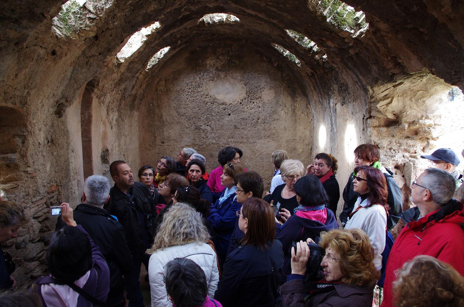 Grupo de visitantes en el interior de los Baños de la Reina (Celín. Dalías). © Fotografía: José Ángel Fernández