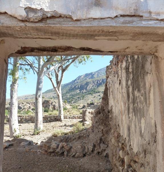 Ruinas de viviendas de la alquería de Hizam, junto a la ermita actual. © Fotografía: María Navarro