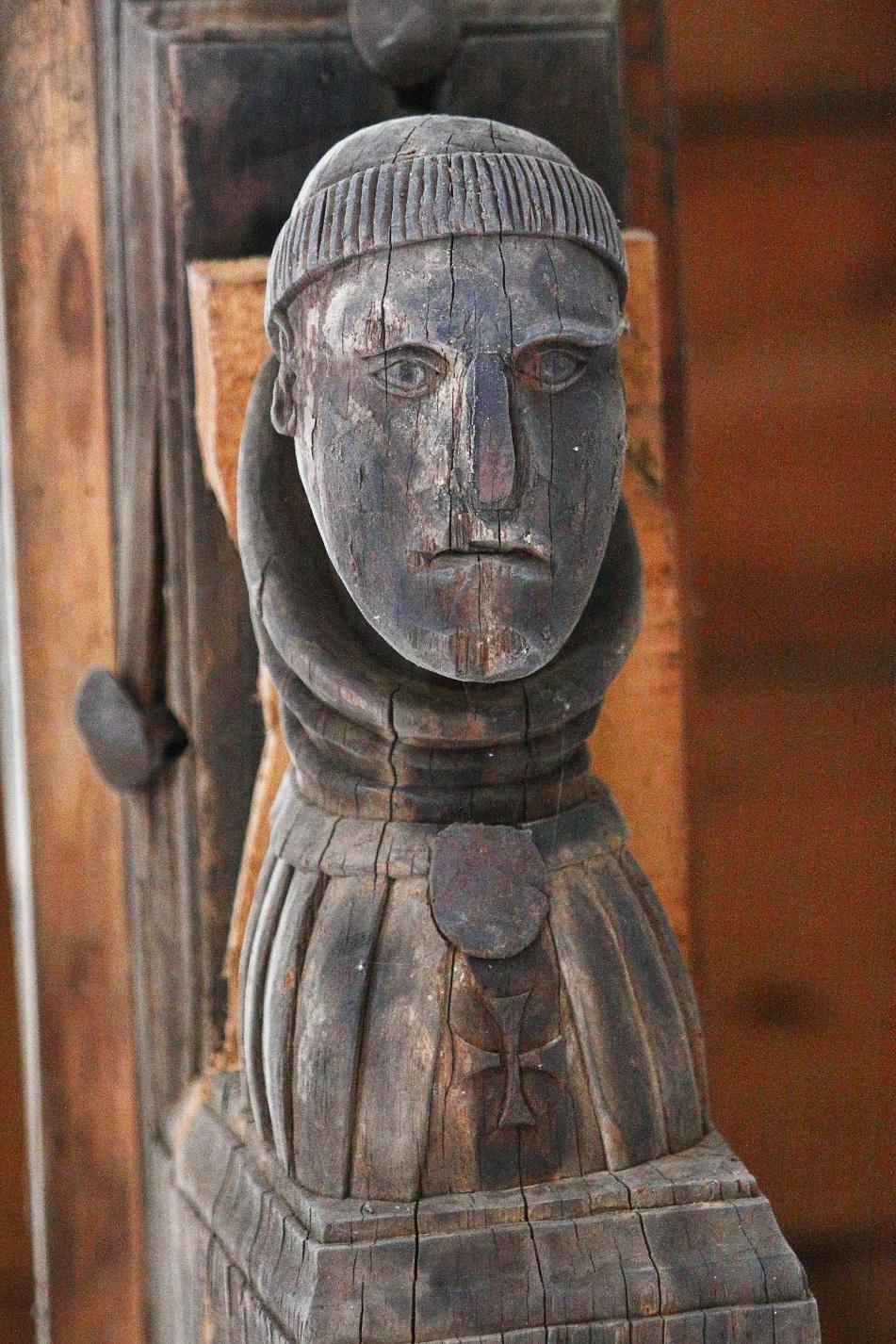 Can antropomórfico sosteniendo un tirante de la armadura, con la representación del busto de un monje. © Fotografía: Pako Manzano