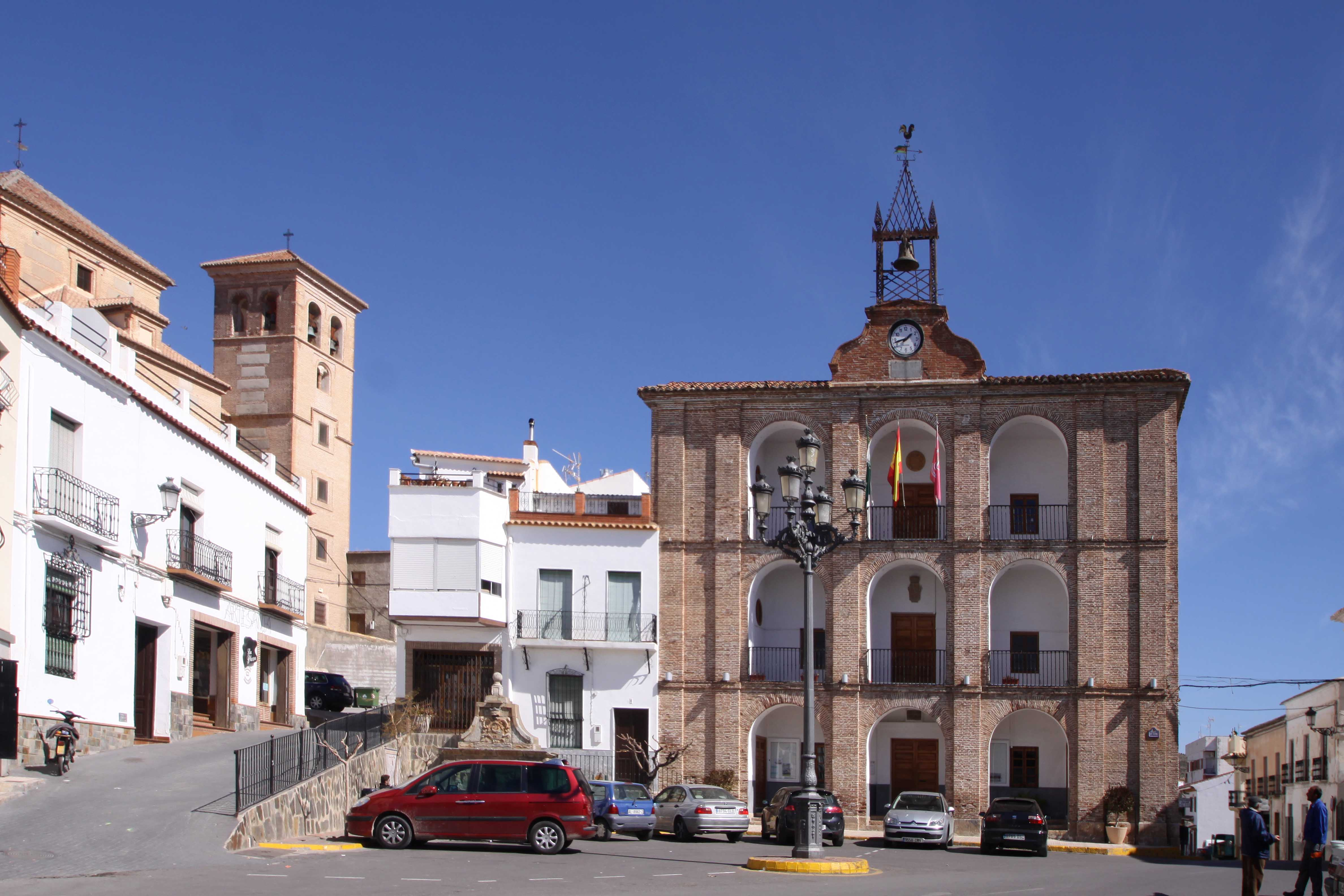 Plaza Mayor de las Alpujarras con el Ayuntamiento y la iglesia al fondo. © Fotografía: Pako Manzano