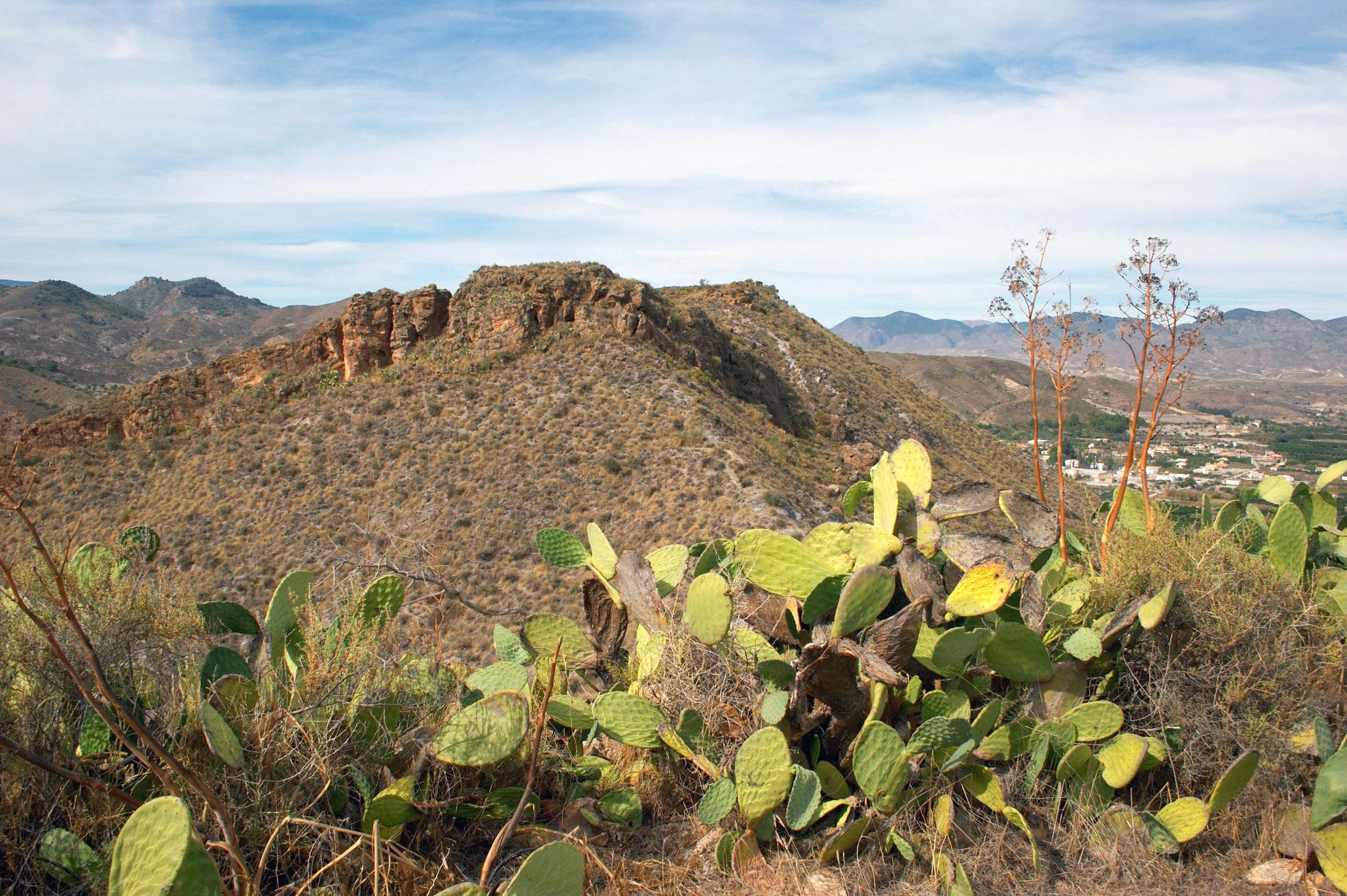 Piedra Yllora o Cantoria la Vieja en lo alto de una colina, frente a la población actual. © Fotografía: Andrés Carrillo