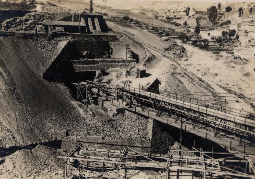 Tolva de mineral de Menas y puente metálico. Hacia 1917-1930. Foto de A.J. DONS. Colección Emilio Herrera Pérez