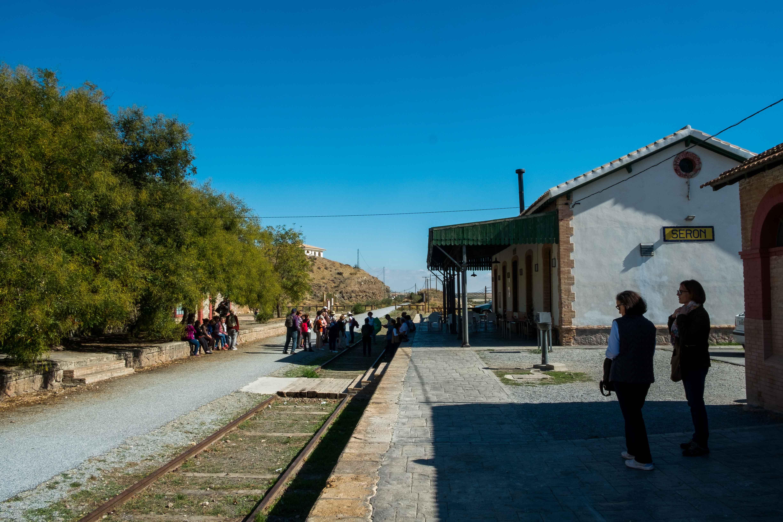 Antigua estación de ferrocarril de Serón, hoy convertida en restaurante y Vía Verde del Hierro al fondo © Fotografía: Paco Bonilla