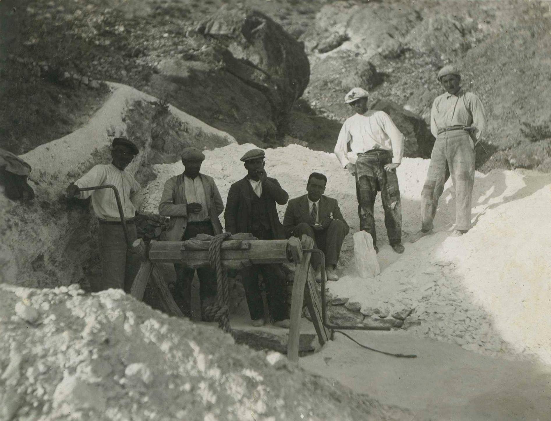 """Trabajadores de la familia de """"los Chimeneas"""" extrayendo jaboncillo del pozo Falange hacia los años cuarenta del siglo pasado © Fotografía: Antonio Azor"""