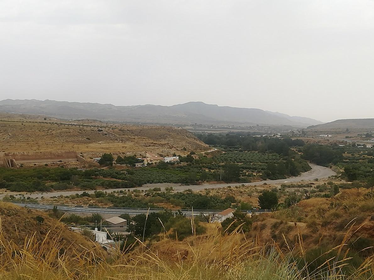 Panorámica con el cargadero de mineral de Los Canos al fondo en Serón