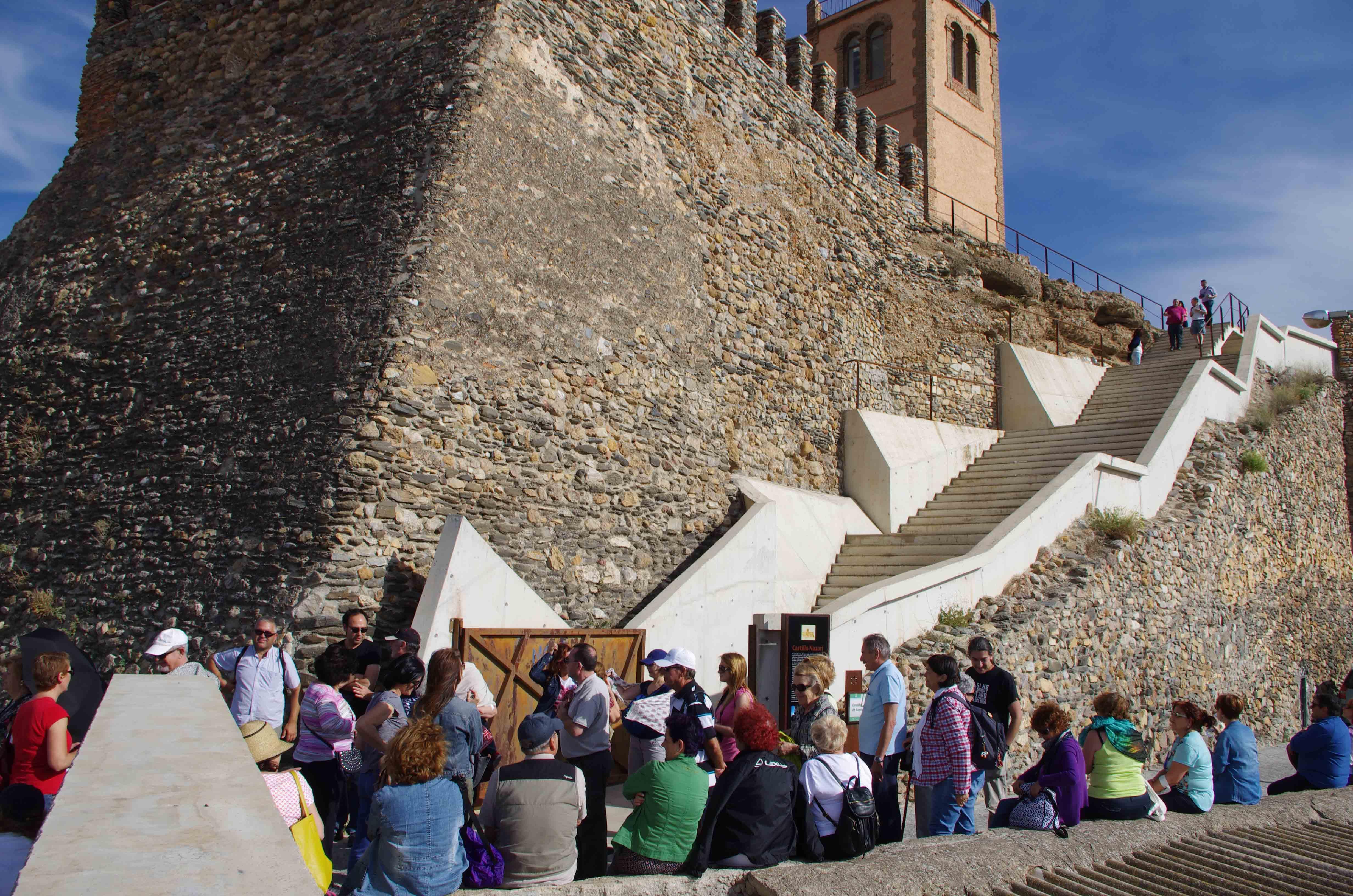 Grupo de visitantes accediendo al castillo. © Fotografía: José Ángel Fernández