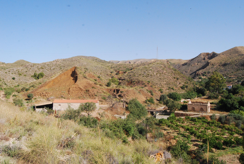 Vista general de la mina La Higuera, de la que se aprecia la montaña de la escombrera de hierro © Fotografía: Paco Bonilla