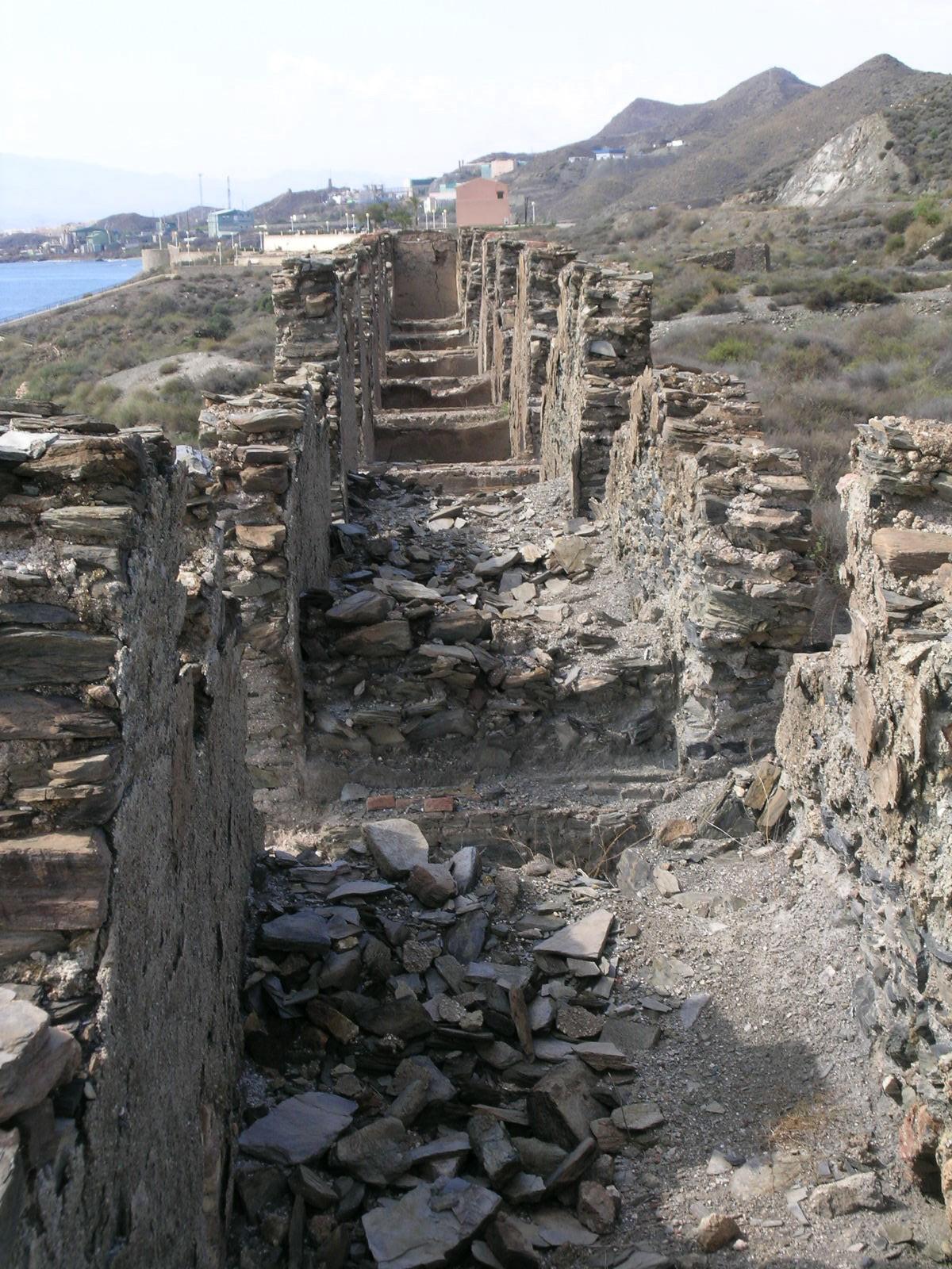 Ruinas del arranque de la antigua batería de hornos de la fundición de plomo © Fotografía: Alfonso Ruiz