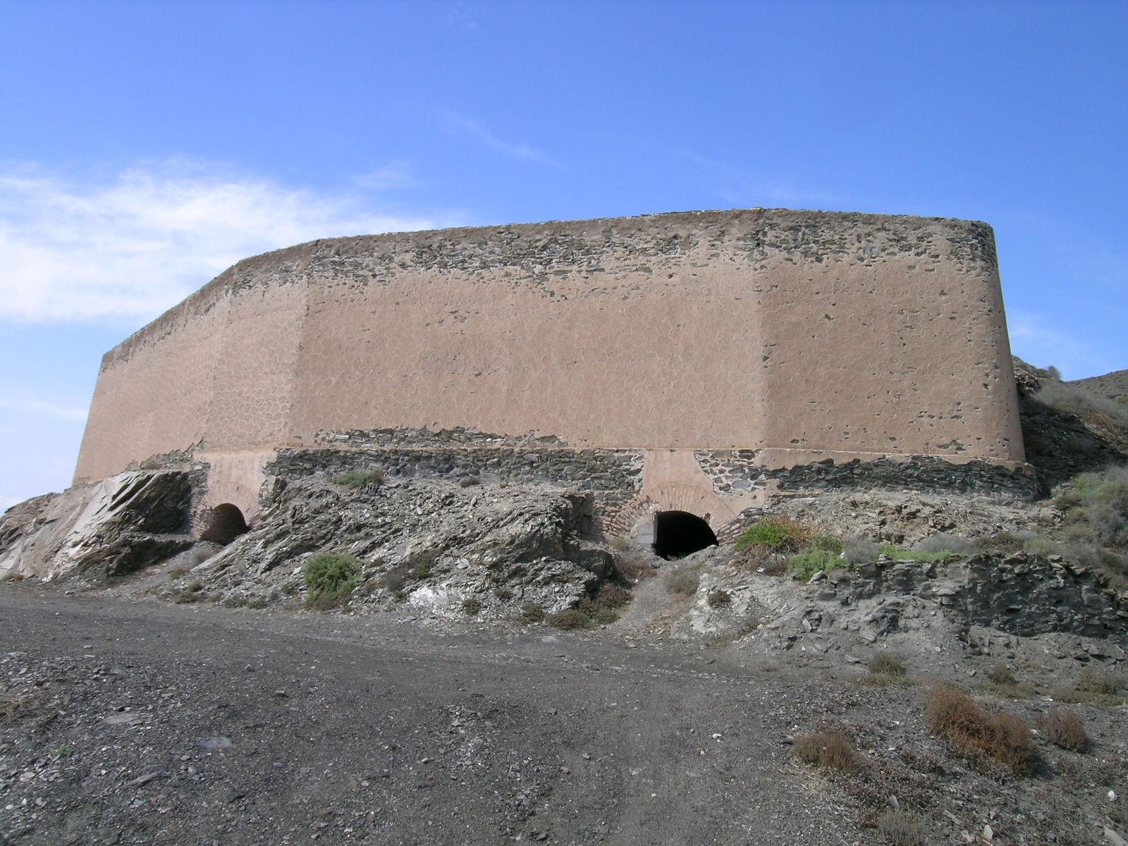 Depósito tolva de hierro del antiguo embarcadero de Cala de las Conchas © Fotografía: Alfonso Ruiz