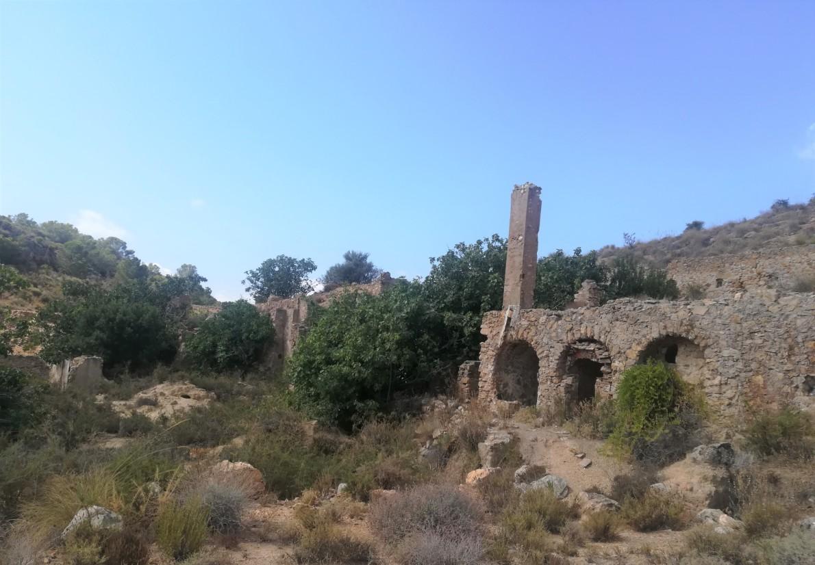 Restos de la fundición y chimenea de la fundición de plomo en el Pinar de Bédar © M Navarro