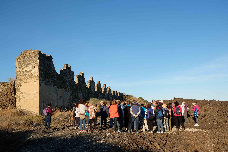 Restos de la Fundición Fábrica Nueva (Villaricos) y escombreras de escorias, con un grupo de visita turístico-cultural © Fotografía: Paco Bonilla