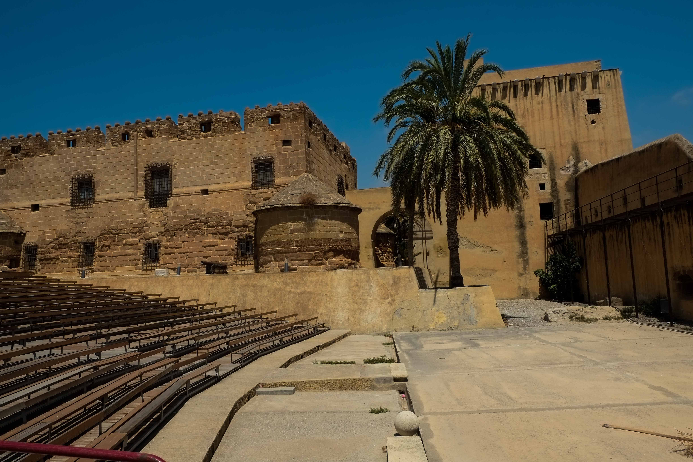 Torre del homenaje, casa del alcaide y graderío en el castillo de Cuevas © Fotografía: Paco Bonilla