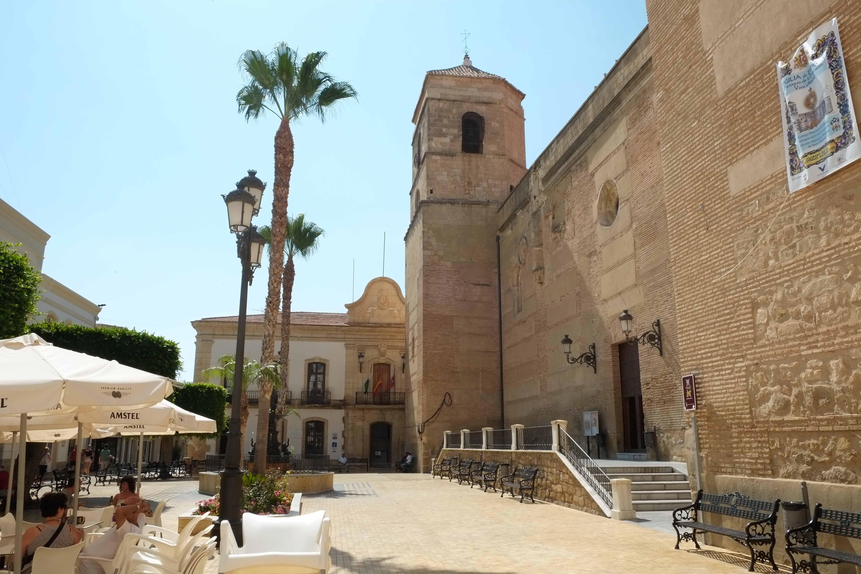 Plaza Mayor de Vera con la iglesia parroquial y al fondo la fachada del Ayuntamiento © Fotografía: Paco Bonilla