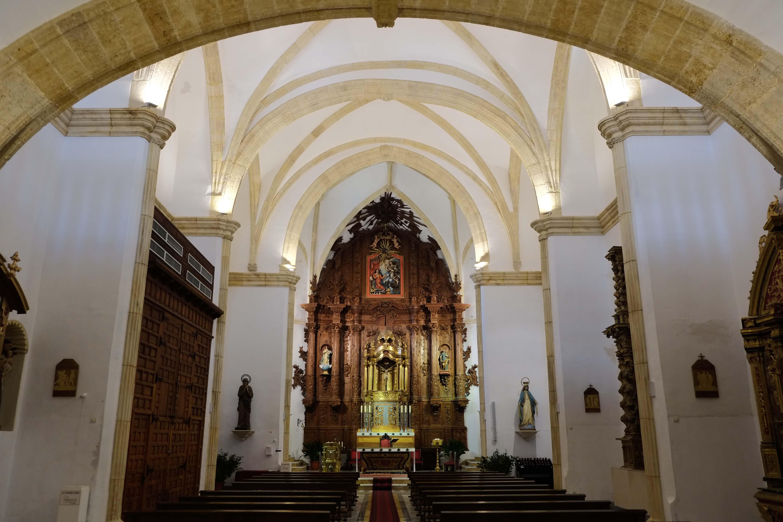 Vista general del interior, presidido por un monumental retablo barroco sin dorar © Fotografía: Paco Bonilla